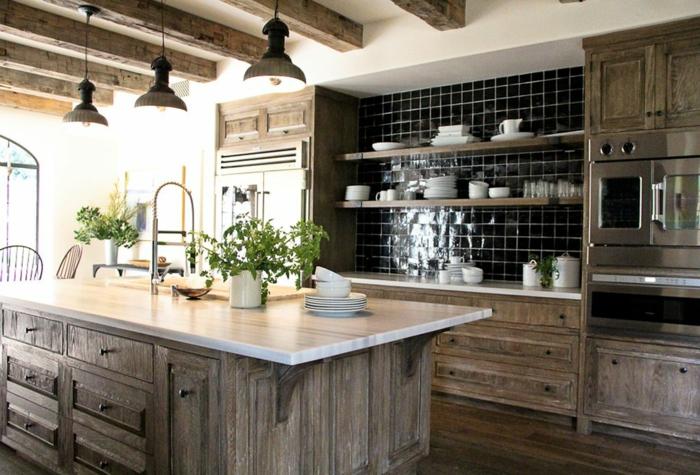 relooker cuisine en bois, plantes vertes, chaises rondes, grande fenêtre vers le jardin, cuisine aménagée