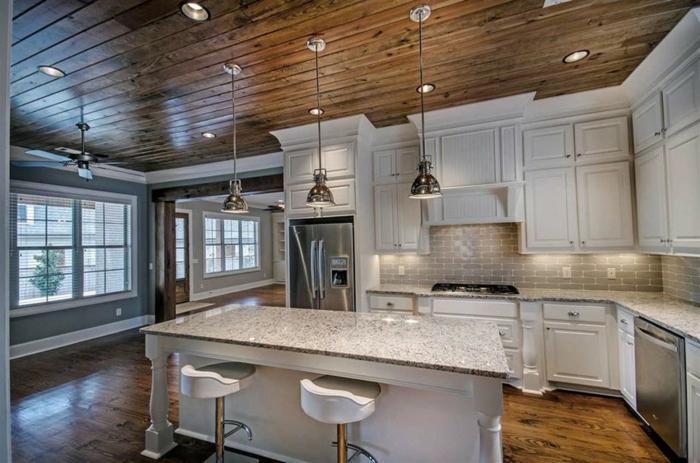 cuisine rustique, grande fenêtre à carreaux, relooker sa cuisine, comptoir en marbre, armoires de cuisine blanches