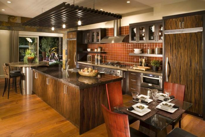 cuisine aménagée, chaises de bar en bois, éclairage LED, cuisine en bois, chaises en bois, table en verre