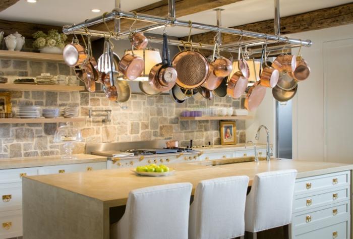 relooker sa cuisine, suspension en métal, bol à fruits, murs en briques, étagère murale en bois, deco campagne chic