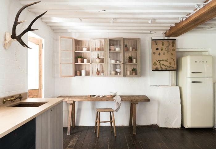 relooker cuisine en bois, parquet en bois foncé, plafond blanc, tableau avec dessins de fleurs et herbes, porte en bois