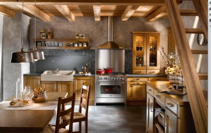 relooker cuisine en bois, cuisine aménagée, chaises en bois, table à manger, casseroles rouge, escalier, fleurs séchées