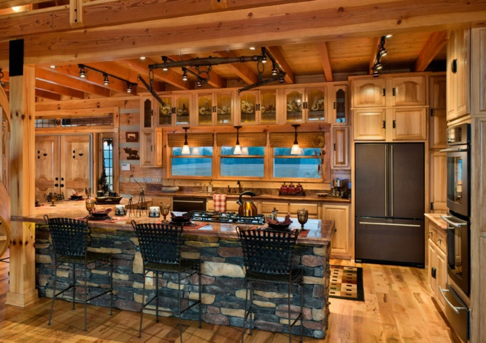 modele de cuisine, suspension luminaire, serviette carré en blanc et rouge, porte double en bois, réfrigérateur noir, four électrique