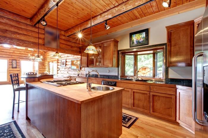 relooker cuisine en bois, tapis beige et marron, suspension luminaire, double évier, murs en bois, cuisine équipée
