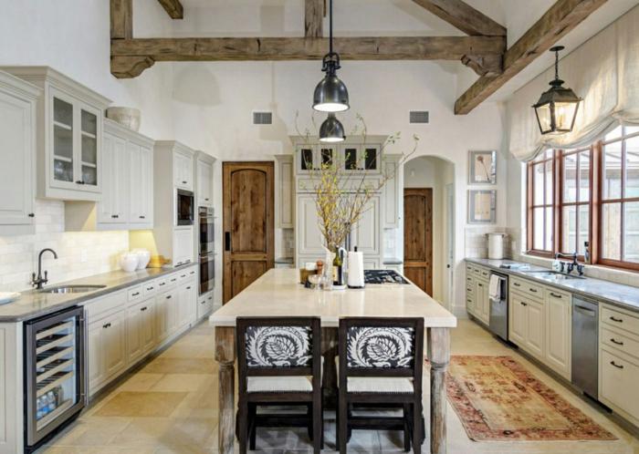 cuisine blanche et bois, plafond blanc, armoires de cuisine blanches, tapis à motifs ethniques, cuisine actuelle