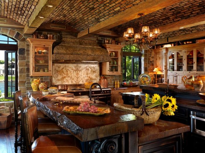 modele de cuisine, comptoir en bois, vase jaune, plafond en briques, armoires de cuisine en bois, parquet en bois