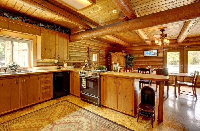 cuisine en bois, évier, armoires de cuisine en bois, guirlande de noel, cuisine intégrée, grandes fenêtres, plantes vertes