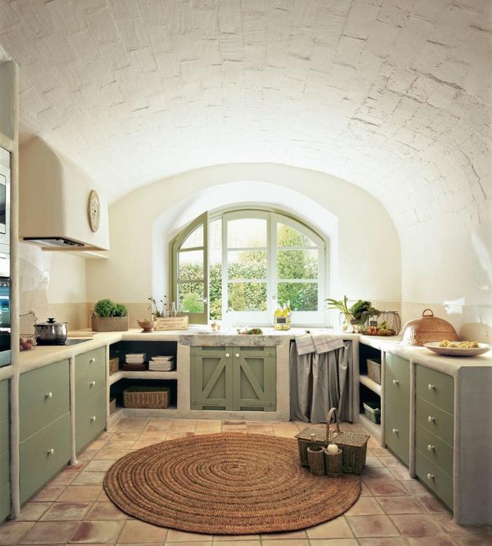 cuisine blanche et bois, fenêtre à carreau peinte en verte, armoires de cuisine verte kaki, tapis rond, casserole