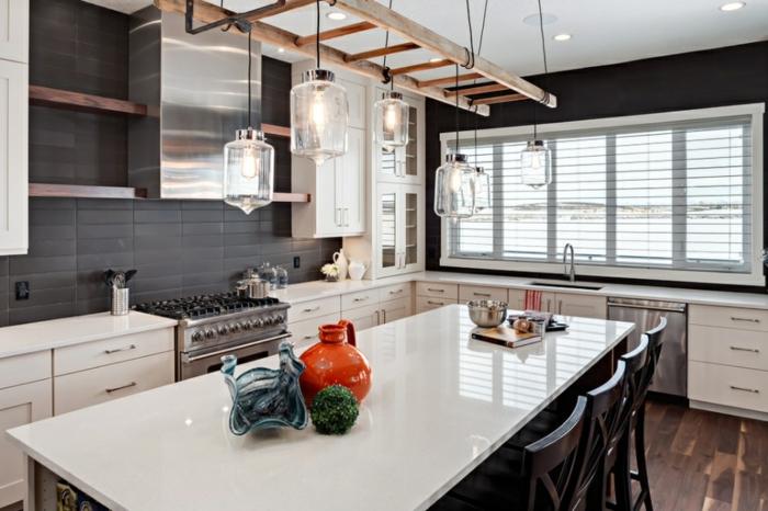 cuisine équipée, suspension luminaire avec cordes et échelle en bois, étagères en bois, carrelage mur noir