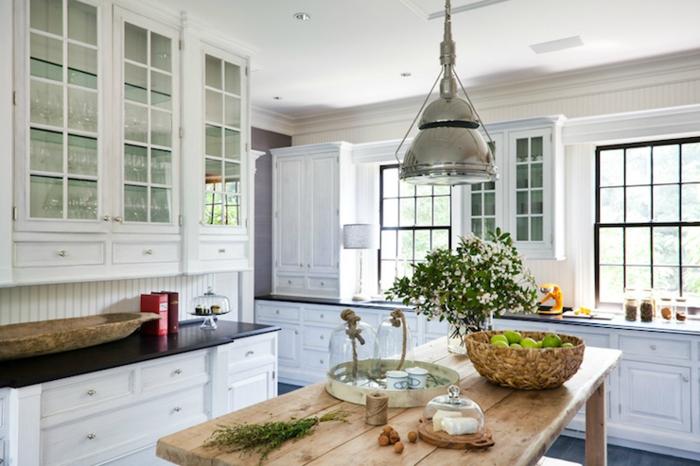 cuisine en bois, armoire en bois et verre, comptoir noir, cuisine intégrée, panier en paille, plafond suspendu, éclairage led