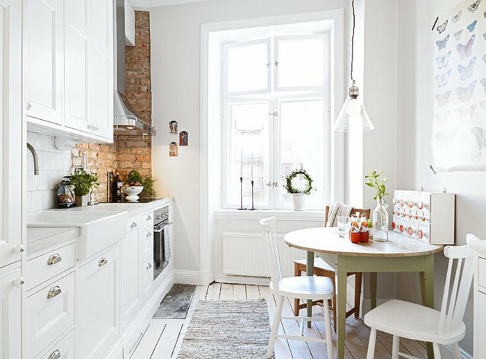 cuisine équipée, évier blanc, tapis gris, four électrique, mur en briques, modele de cuisine, fenêtre blanche