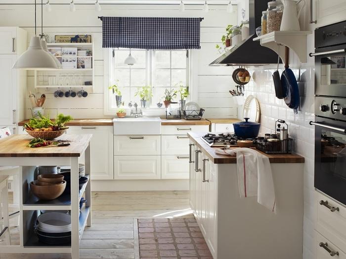 cuisine équipée, comptoir de cuisine en bois, casserole bleu foncé, carrelage blanc, modele de cuisine, évier blanc