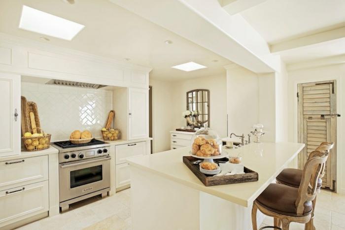 modele de cuisine, fenêtre de plafond, carrelage blanc, bol à fruits, panier en paille, four électrique, cuisine actuelle