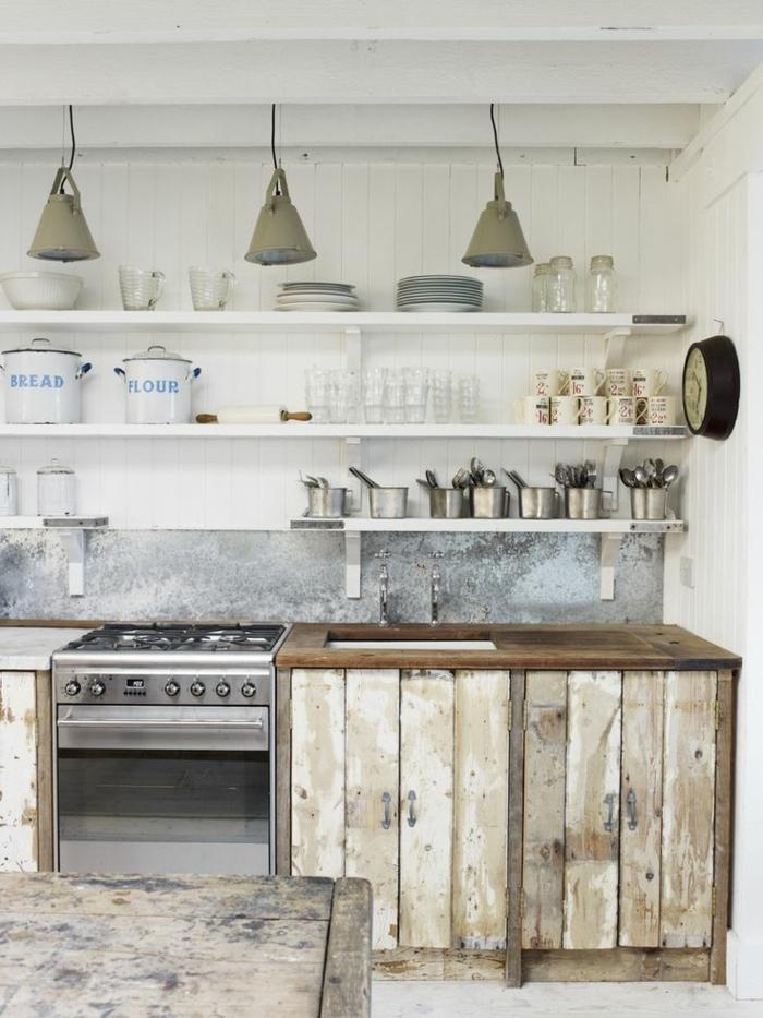 cuisine aménagée, plafond blanc avec poutre en bois, casserole blanche, cuisine en bois, suspension luminaire