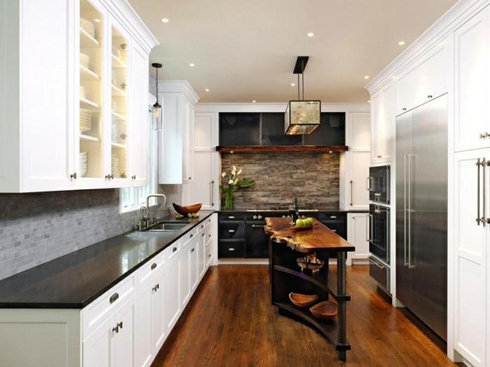 relooker sa cuisine, comptoir de cuisine noir, suspension luminaire en verre, réfrigérateur double, cuisine actuelle