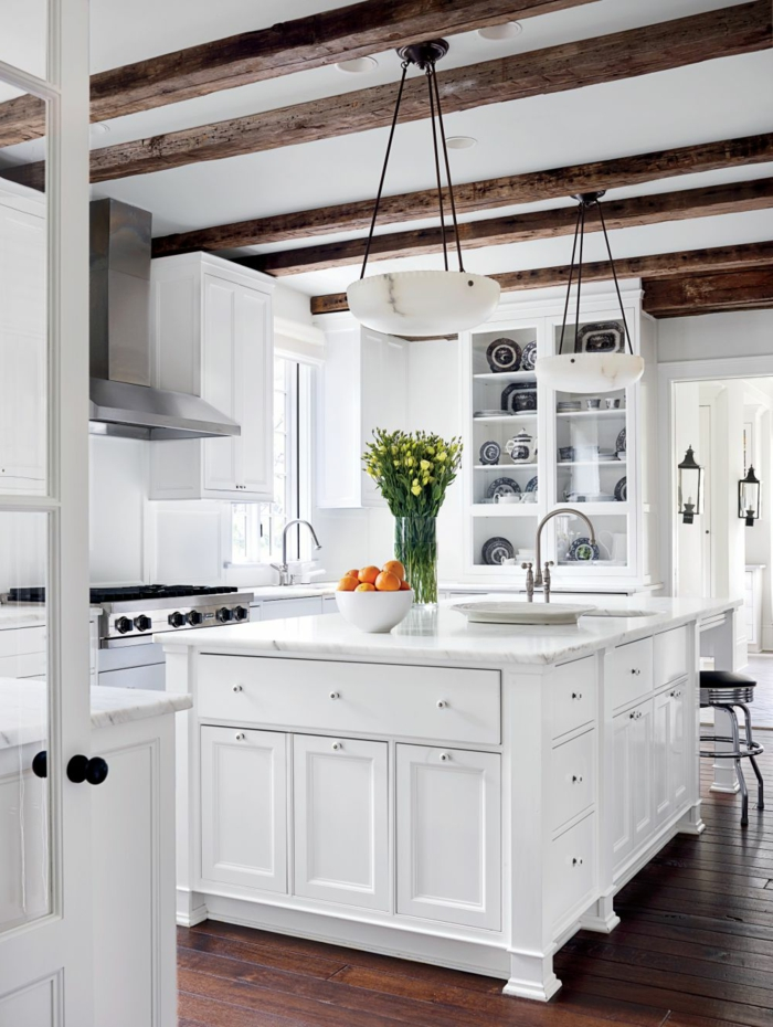 cuisine actuelle, bol à oranges, bouquet de tulipes, évier en argent, suspension luminaire, parquet en bois, porte blanche