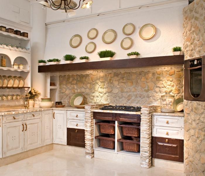 relooker cuisine en bois, mur en pierre, décoration avec assiettes, four électrique moderne, panier en paille