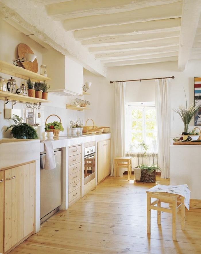 relooker cuisine en bois, étagères murales en bois, cuisine aménagée, herbes vertes, serviette blanche, panier en paille