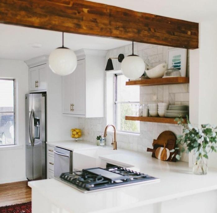 relooker sa cuisine, réfrigérateur double en métal, deco campagne chic, tapis rouge, suspension luminaire boule