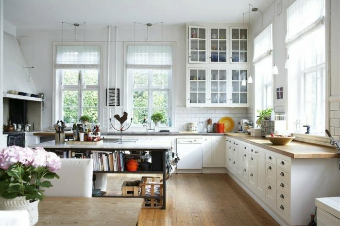 cuisine rustique, bouquet de fleurs rose, fenêtres à carreaux, plantes vertes, assiette jaune, comptoir de cuisine en bois