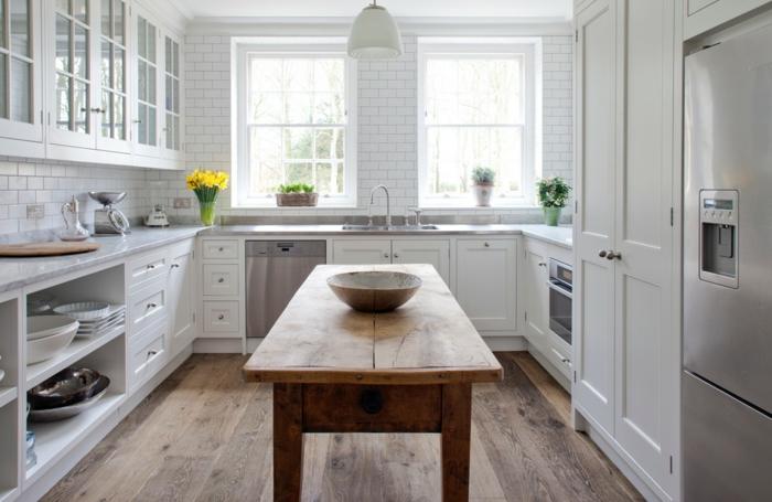 relooker cuisine en bois, armoires de cuisine en bois et verre, bouquet de fleurs jaunes, cuisine aménagée, table en bois
