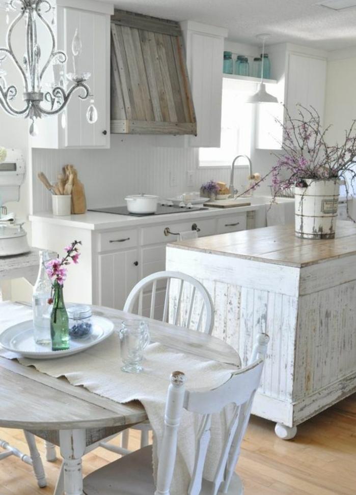 cuisine campagne chic, table en bois rustique, façade cuisine blanche, ilot central en bois usé, aspirateur en bois, decoration florale