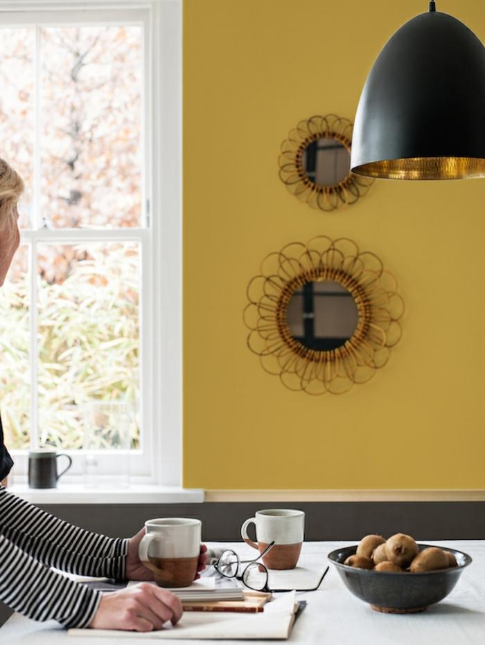 la couleur ocre associée à des accents d'or cuivré, mur d'accent jaune moutarde dans la cuisine