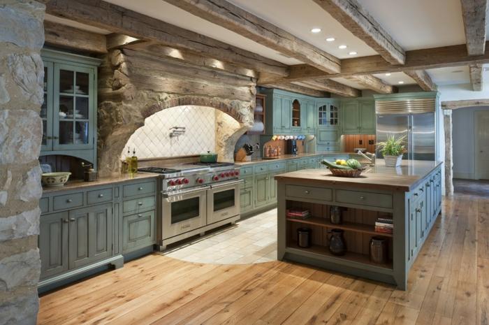 relooker cuisine en bois, armoires shabby chic en vert, éclairage LED, mur en pierre, parquet en bois