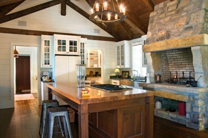 modele de cuisine, suspension luminaire en bois avec bougies, cuisine actuelle, tabouret, panier en paille, cheminée en pierre et brique
