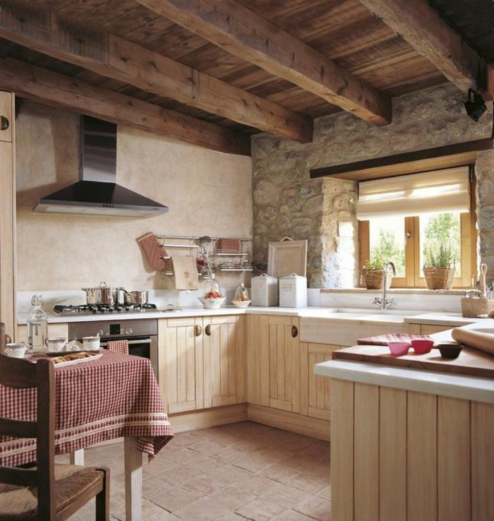 cuisine actuelle, table en bois, chaise en bois, armoire de cuisine en bois, mur en pierre, tasse de café, bol à fruits