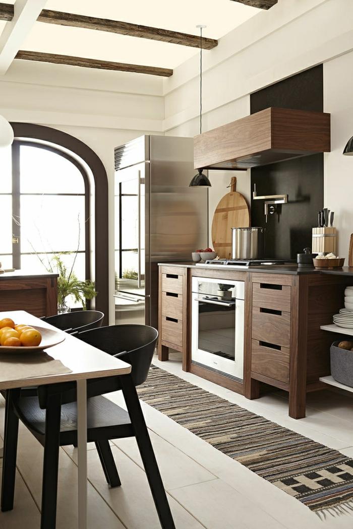 cuisine blanche et bois, bol à fruits, plafond blanc, réfrigérateur en argent, four électrique, murs blancs