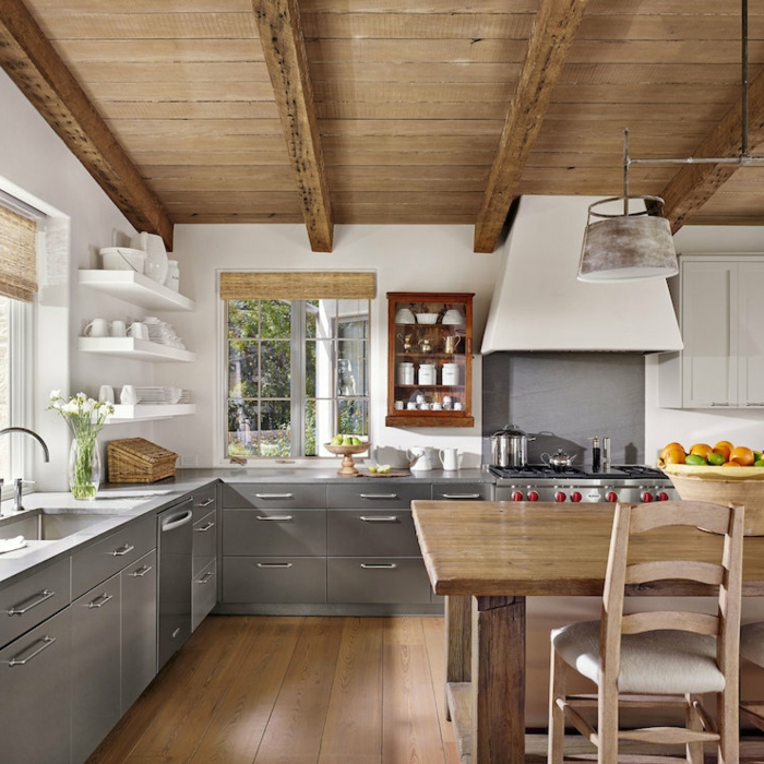 relooker cuisine en bois, murs blancs, stores en bambou, panier en paille, bouquet de fleurs blanches, cuisine aménagée
