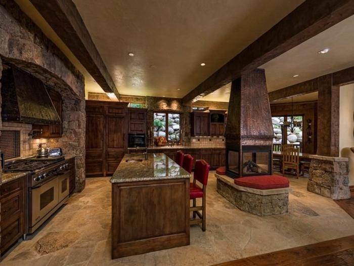 relooker cuisine en bois, mur en pierre, carrelage sol, chaises rouges, cheminée, chaises en bois, cuisine aménagée