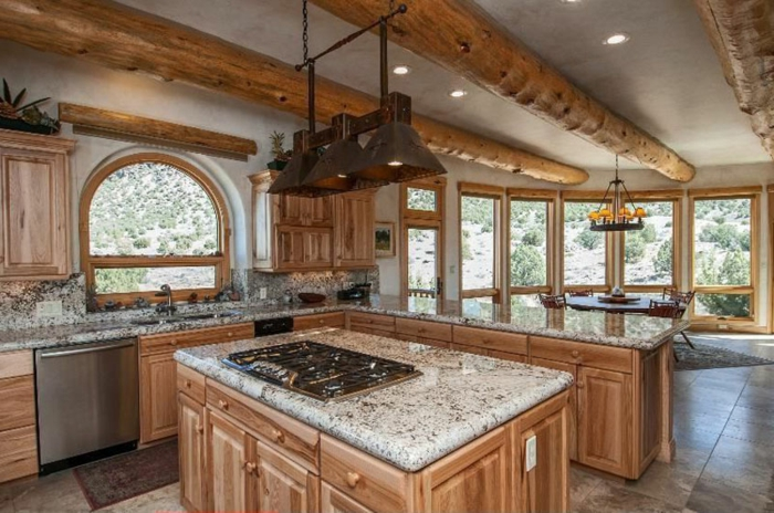 cuisine aménagée, suspension luminaire, cuisine actuelle, armoire de cuisine en bois, plafond blanc