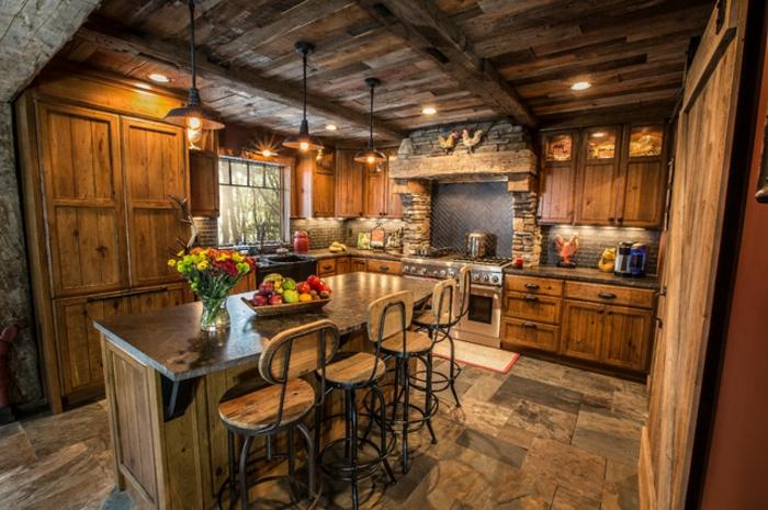 cuisine rustique, deco campagne chic, suspension luminaire, bol de fruits, chaise de bar en bois