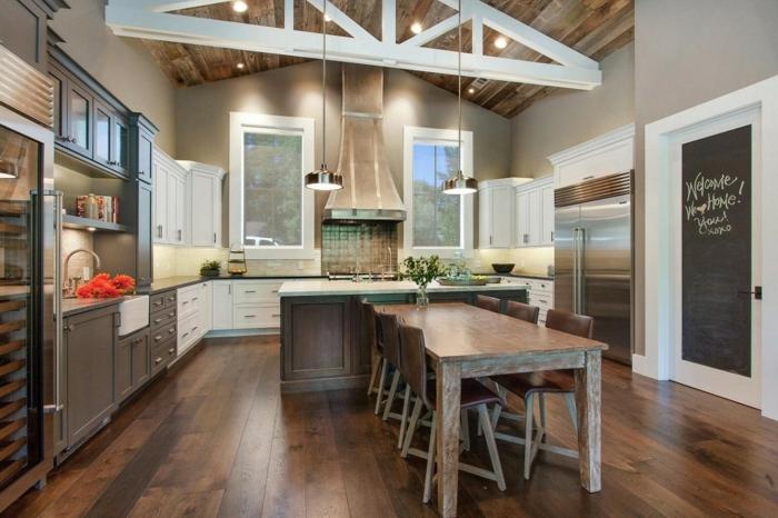 relooker cuisine en bois, table à manger en bois, réfrigérateur en verre, cuisine aménagée, plafond avec poutre en bois
