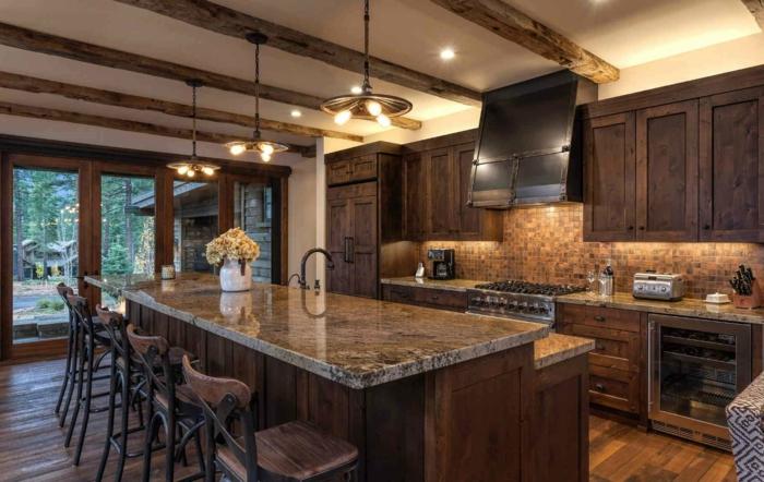 modele de cuisine, fenêtres surdimensionnées vers le jardin, comptoir en marbre, chaises en fer forgé et bois, suspension luminaire