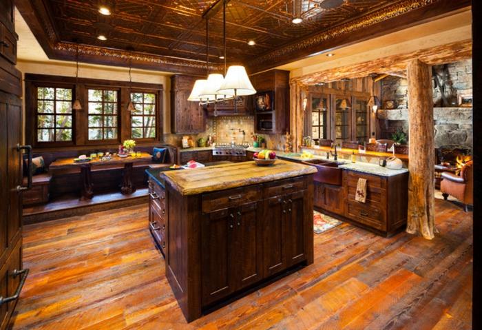 cuisine rustique, relooker sa cuisine, suspension luminaire, table basse en bois, bouquet de fleurs, carrelage, éclairage led