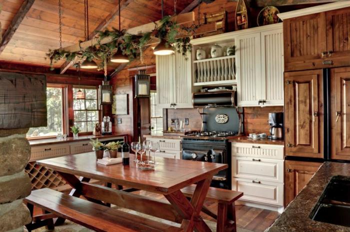 cuisine rustique, plafond en bois, grandes fenêtres, relooker sa cuisine, armoires de cuisine blanches, comptoir en marbre