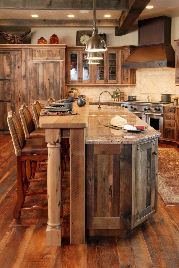 deco campagne chic, chaise de bar en bois et cuir, relooker cuisine en bois, éclairage led, panier en paille