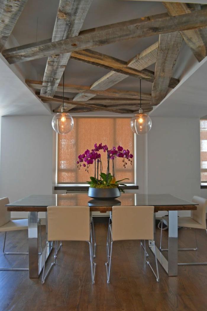 deco campagne chic, murs blancs, relooker cuisine en bois, fleurs rose, parquet en bois, plafond avec poutres en bois