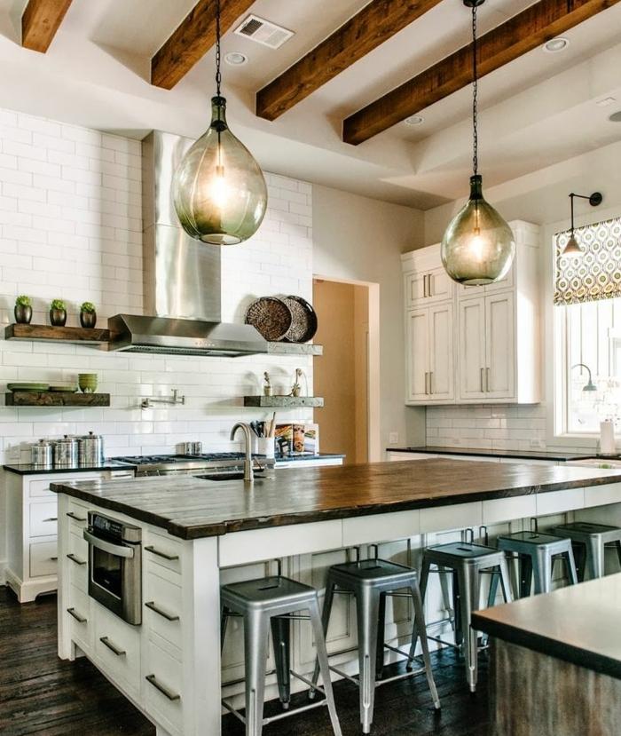 modele de cuisine, cuisine actuelle, stores à motifs géométriques, étagères murales, carrelage blanc