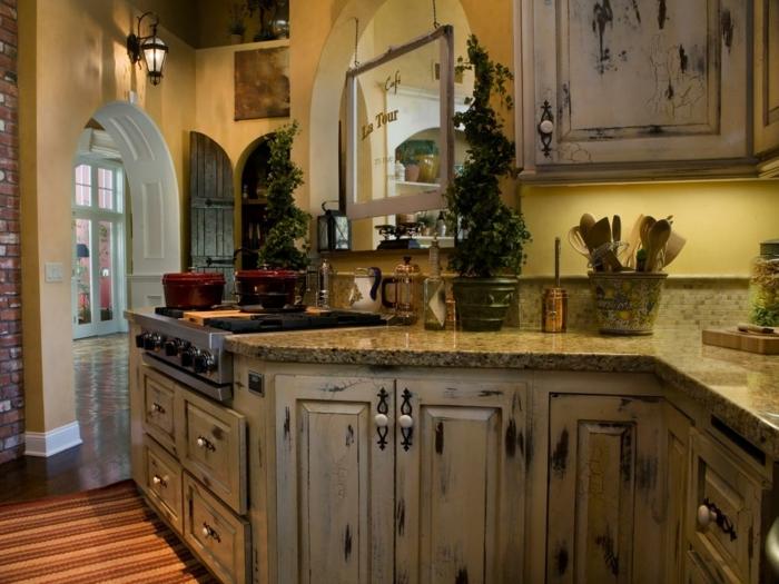 modele de cuisine, cuisine actuelle, plantes vertes, murs jaunes, mur en brique, armoire shabby chic, lanterne