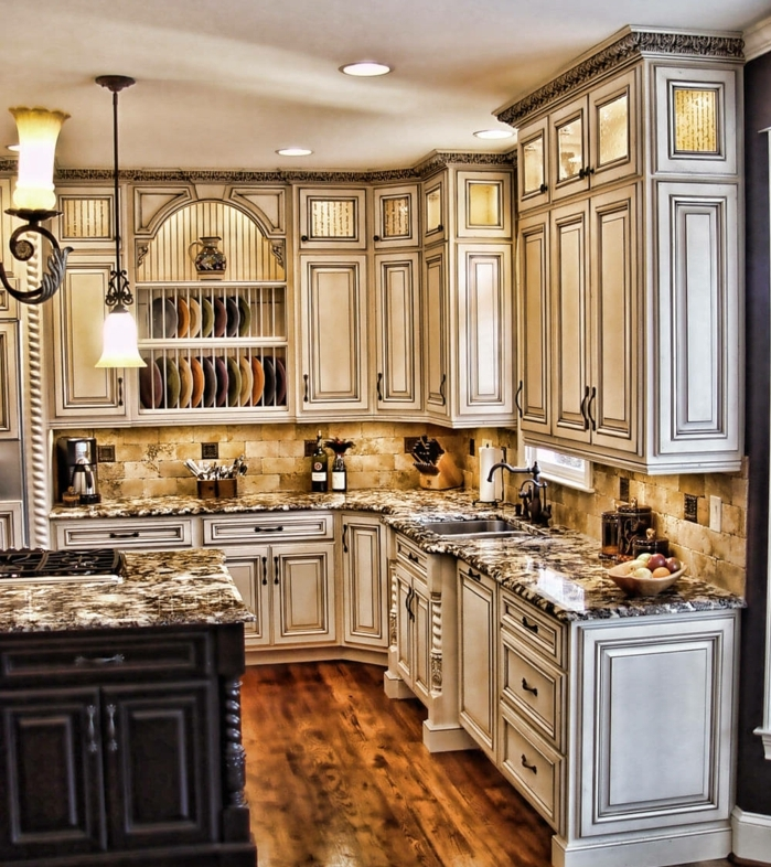 relooker cuisine en bois, plafond blanc, cuisine aménagée, comptoir gris, îlot centrale avec armoires noires