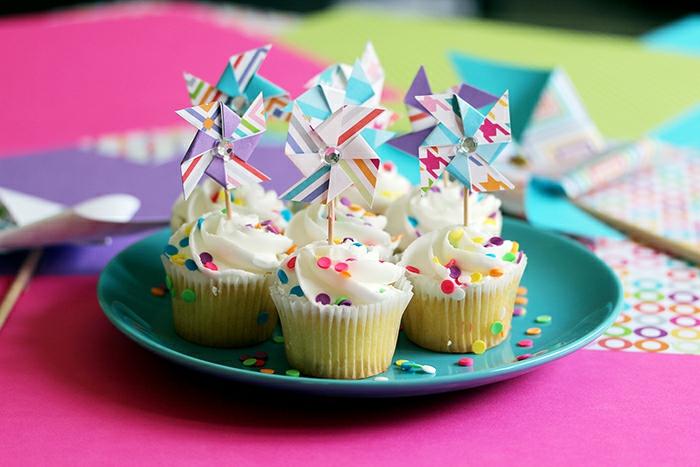 un mini moulin à vent pour décorer des cupcakes, décoration de buffet sucré original