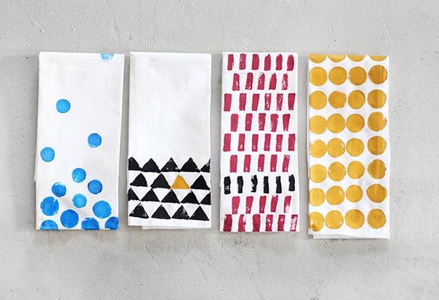 idée comment customiser des serviettes, tampons à motifs divers, triangles, cercles, rectangles, activité créative pour adultes