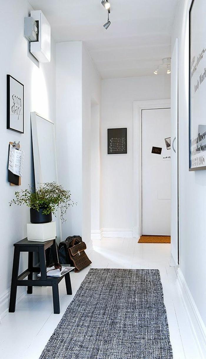 hall d'entrée maison avec plafond haut et un tapis en gris foncé avec un banc noir