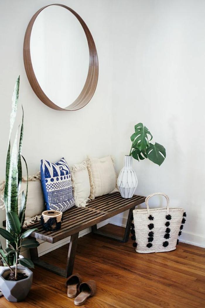 hall entrée maison avec banc en bois et métal et miroir de forme tendance