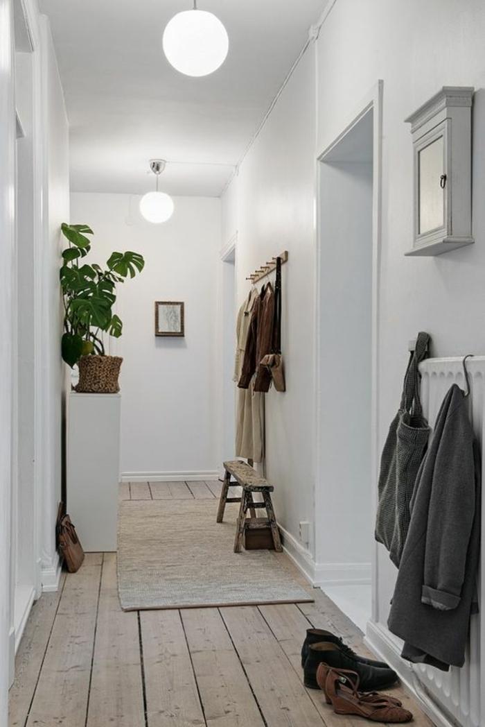 aménagement hall d'entrée maison couloir long et étroit avec des luminaires en forme de boules