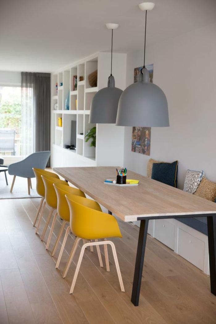 une salle à manger de style scandinave ouverte sur le salon, deco gris et jaune associé avec des accents en bois naturel